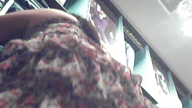 La maîtresse a mis un gros strapon sur sa jambe et baise l'anus de la blonde video xxx amateur francais