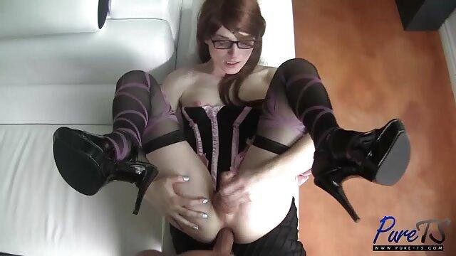 Horny salope est assise sur un tabouret et se branle la chatte avec un film porno amateur allemand gode rouge