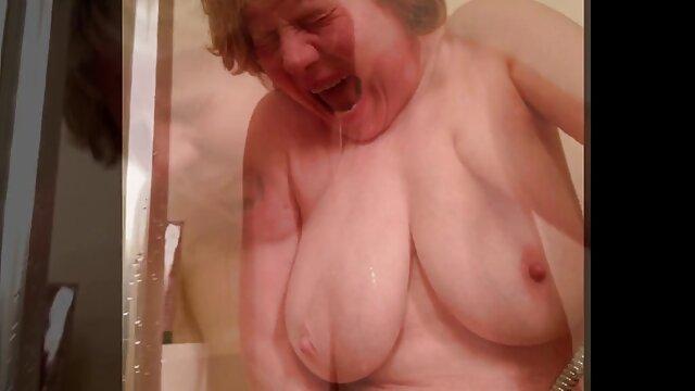 Une blonde sexy mince suce une grosse extrait video porno amateur bite dans la salle de bain et baise