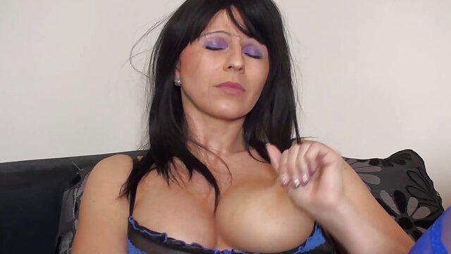 La salope, film amateur porno gratuit assise sur le verre de la jetée, peint ses douces lèvres, mais elle a oublié de mettre sa culotte et sa délicieuse chatte est visible sous sa jupe, son mari le remarque et, au lieu du petit-déjeuner, fait à sa femme d'excellents coups de langue et se dépêche de travailler