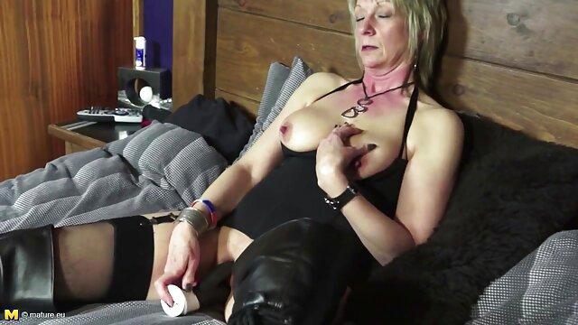 Un mec nu dans un tablier a mis un concombre et une bite dans une chatte pour la bonne dans le cul film amateur francais x et a commencé à baiser