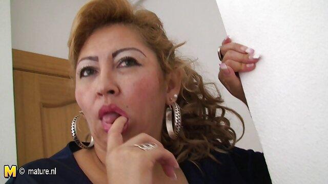 Une film amateur x francais blonde mince chevauche le pénis d'un homme mûr baise et boit du sperme