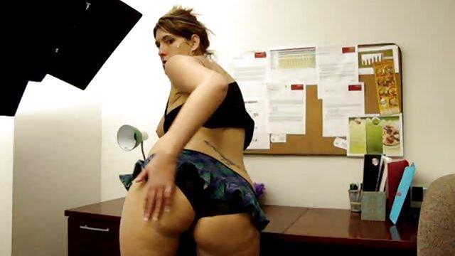 Goth sexy et plantureuse avec des tatouages film x français amateurs sur le corps suce une bite
