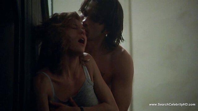 La blonde plantureuse film porno français amateurs August Ames suce une bite avec des lèvres charnues