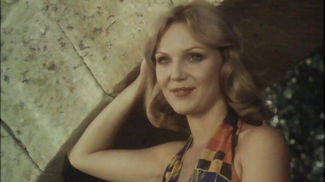 Blonde sexy mature séduit une jeune lesbienne film x amateur complet brune