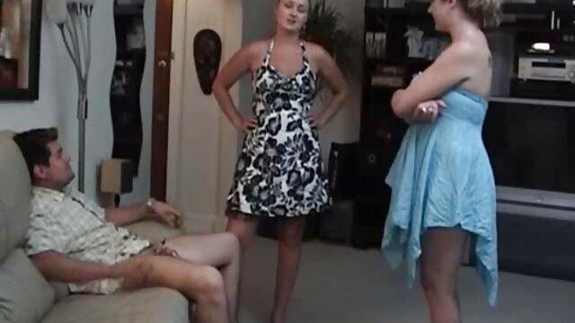 Une lesbienne lubrique déchire des collants film porno francais amateur et mange la chatte