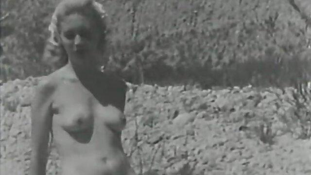 La salope aux gros seins baise férocement un strapon sur la bouche d'un jeune mec, le frappe au cul avec une ceinture, puis insère cette grosse bite en caoutchouc dans extrait video porno amateur son cul et le baise fort