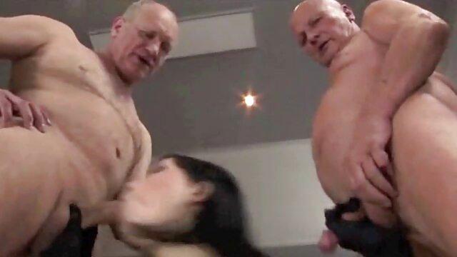Une jeune fille mince a été attachée à une chaîne et forcée de sucer à tour de rôle par trois hommes, puis ces sales mâles ont mis la film amateur porno gratuit pauvre fille dans le cancer et ont commencé à la baiser avec leurs grosses bites, dans tous ses trous