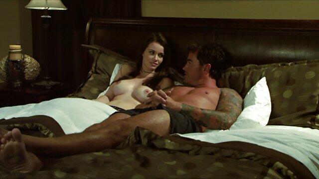 Deux jeunes copines s'allongent dans un lit moelleux et glissent magnifiquement leur corps, les lesbiennes s'embrassent et se déshabillent doucement, se lèchent la chatte. Les filles sont drôles et cette superbe vidéo montre film porno amateurs français comment faire une fille Cooney