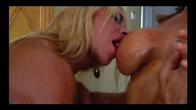 Le mec et sa copine aux gros seins ont organisé une baise de village dans le grenier, après une pipe film x amateur belge et un sexe classique, ils ont décidé de baiser dans le cul