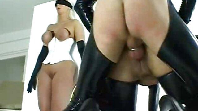 La nana se souviendra longtemps de la première baise devant la caméra, elle a eu de la chance avec un tel partenaire. Une nana cool avec de film x amateur français beaux seins et un cul appétissant, est venue au tournage de son premier porno dans un top révélateur et une minijupe